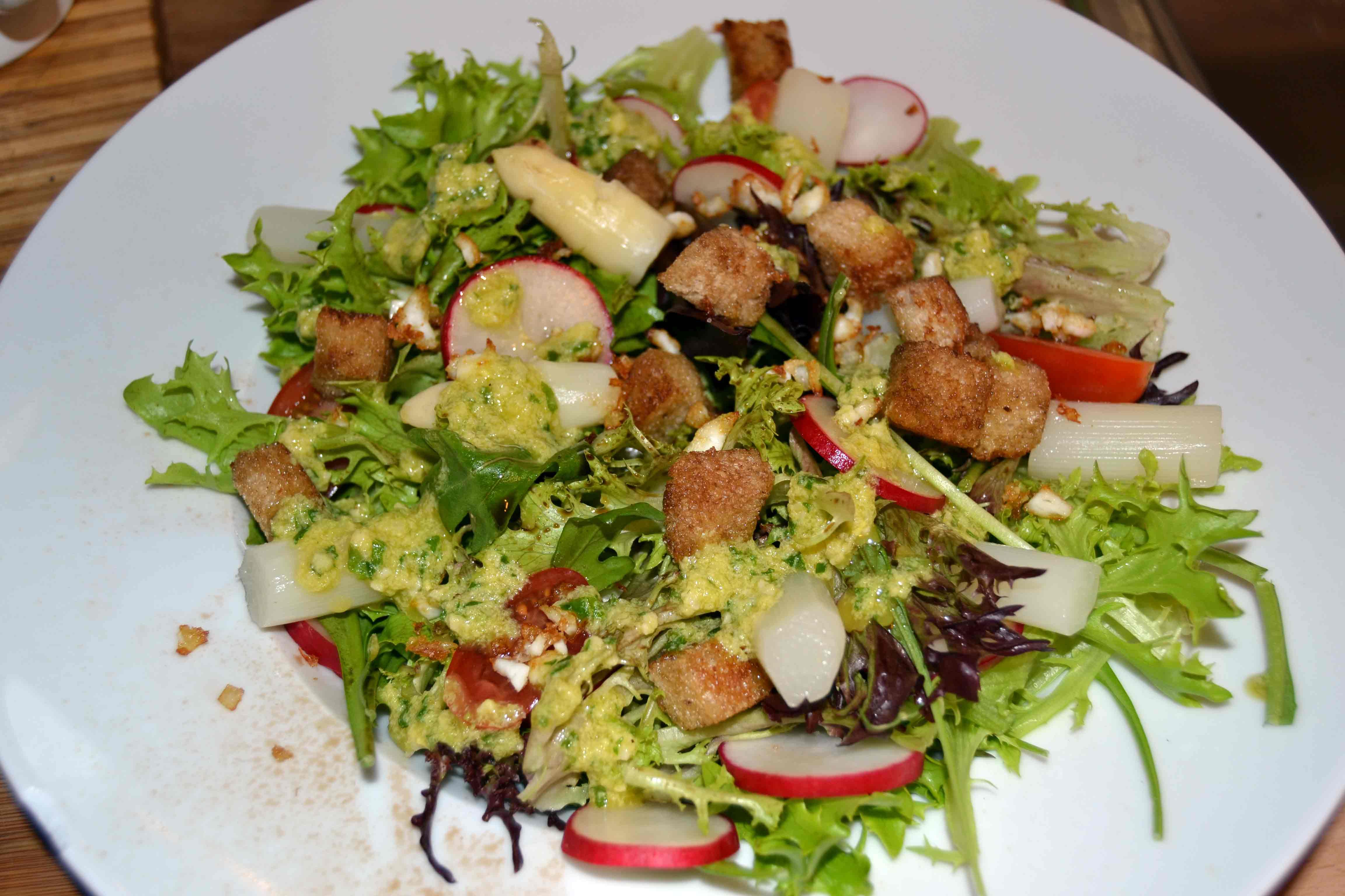 Salat-Radieschen-Spargel-Spargelvinaigrette-Eiweißgröstl-Knoblauchcroutons-1-(1)