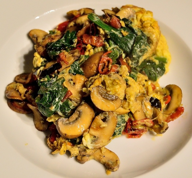 ruehrei-spinat-paprika-champignons-peperoni-1