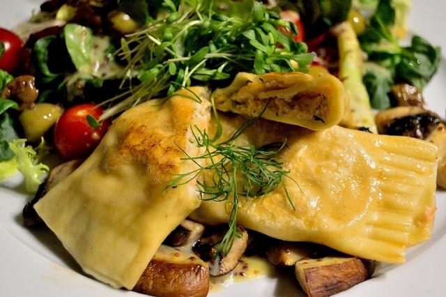 salat-lachsmaultaschen-tomaten-oliven-pilze-4